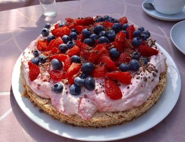 Mandeldrøm med jordbærskum - Egeriis kager
