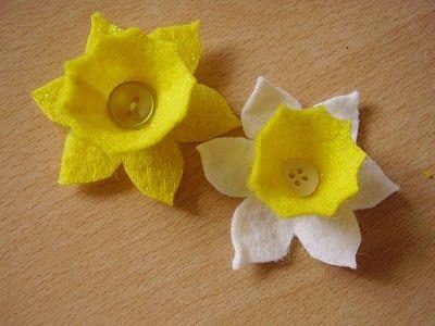 A felt daffodil badge for springtime. Tutorial at http://luckyladybirdcraft.blogspot.co.uk/2011/03/daffodil-for-springtime.html