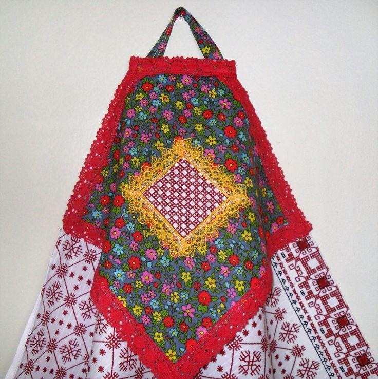полотенце сшито из двух видов льняной ткани с украшением.
