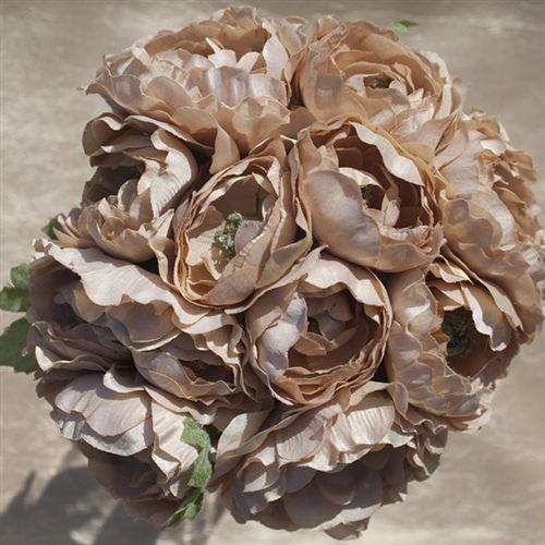bouquet di fiori di stoffa: un'idea potrebbe essere un bouquet su queste tonalità per una sposa dall'abito tutto bianco, e bouquets più piccoli total withe per le damigelle vestite di marrone.