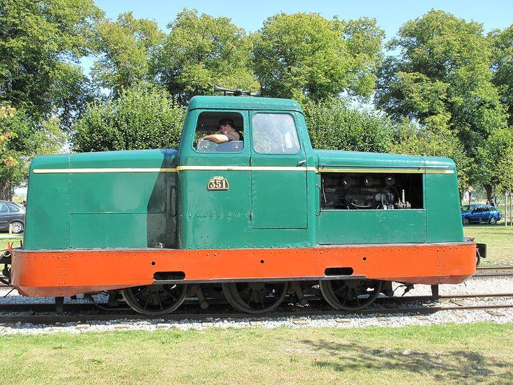 Locomotiva a diesel sobre bitola métrica em Saint-Valery-sur-Somme. Caminhos de Ferro da Baía de Somme, departamento de Somme, região administrativa da Picardia, França.  Fotografia: Tangopaso.