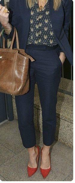 Синие брюки, блузка с сердечками, оранжевая сумка, красные туфли