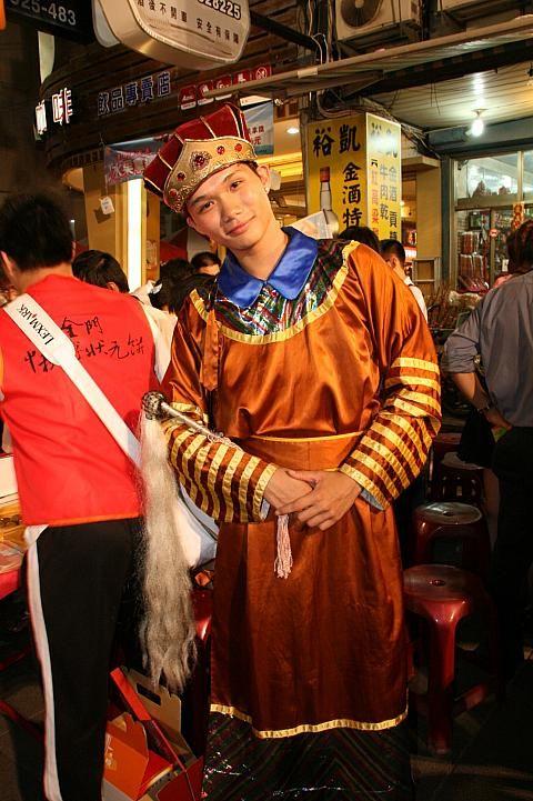 9月に行われる「中秋博状元餅」の会場には民族衣装に身を包んだ人がたくさん。台湾おすすめの観光スポット、金門。
