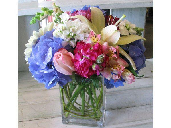 Arreglos de flores de color morado, fucsia y verde para boda