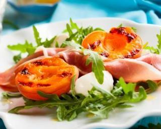 Salade d'abricots grillés, jambon cru et mozzarella pour conserver son bronzage : http://www.fourchette-et-bikini.fr/recettes/recettes-minceur/salade-dabricots-grilles-jambon-cru-et-mozzarella-pour-conserver-son