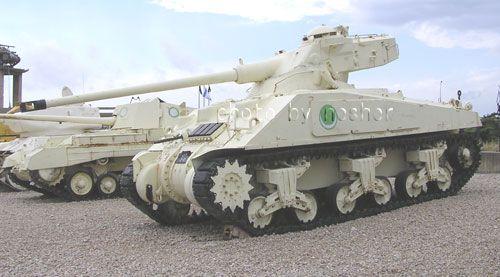 """M-4改 FL10砲塔型    こちらは隣国でアラブの大国「エジプト」が改修したM-4改です。  買った戦車をそのまま使うアラブ国が珍しく造りました。    エジプトは戦力強化の一環にフランスから兵器購入を計画していました。  しかしスエズ問題で白紙になってしまいました。    エジプトは白紙前「部品」として入手した数十台分の「AMX-13」用  「FL10」砲塔をシャーマンに搭載して56年の「シナイ」で3~40両程を投入しました。  「堅牢」な本車を生かし強化を図る。 改造思想はイスラエルと同じでしょう。    尚隣にはエジプト軍の「アーチャー対戦車自走砲」も展示してあります。  因み、車体が白いのは""""捕獲国""""別になっています。(汗)"""
