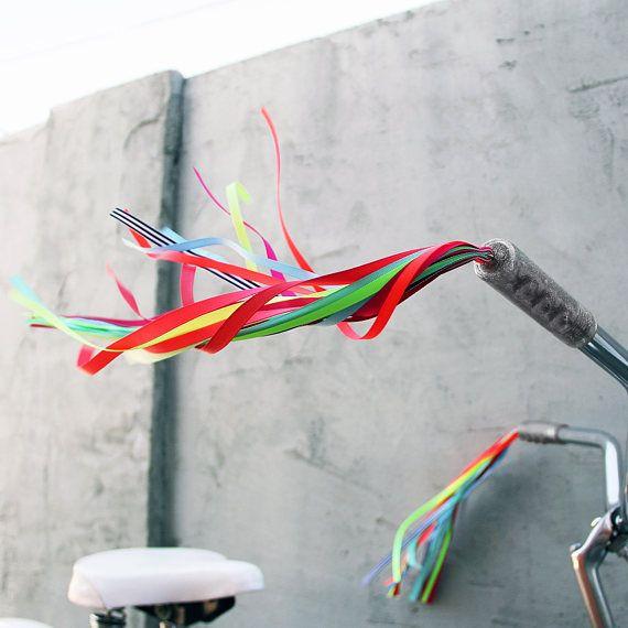 Engañar a tu bicicleta, triciclo o moto y tener el paseo más cool en el barrio con estas banderolas manillar refrescante y única.  Mientras que considera vieja escuela, serpentinas de manillar nunca pasan de moda. ¿Qué podría ser más divertido que ver la onda en el viento como su