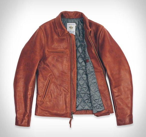 Taylor Stitchcriou uma coleção elegante para os motociclistas, no estilo vintage, o complemento perfeito para a sua moto.O principal item da Coleção Moto tem o belo e únicorevestimento em couro, inspirado pelas jaquetas d