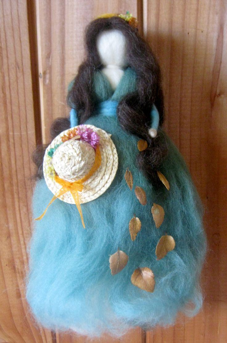 Muñeca de fieltro con aplicaciones de hojas y flores secas natural y sombrero de paja