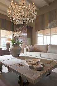landelijke woonkamer met klassieke kroonluchter