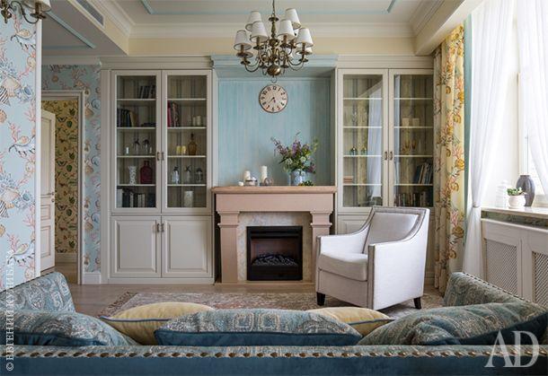 Фрагмент гостиной. Текстиль и обои Thibaut. Шкафы и каминный портал сделаны на заказ. Ковер Tapis Rouge.