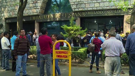 Manifestantes visitaron este viernes una veintena de embajadas para pedir a gobiernos extranjeros que presionen a las autoridades de México para que resuelva el misterio de los 43 estudiantes desaparecidos en Iguala.