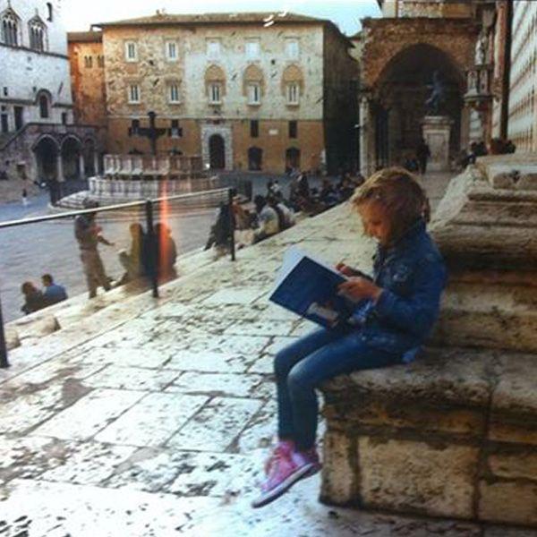 la foto è di steve #mccurry (nientemeno) e la bambina che legge tiene in mano un mio #libro