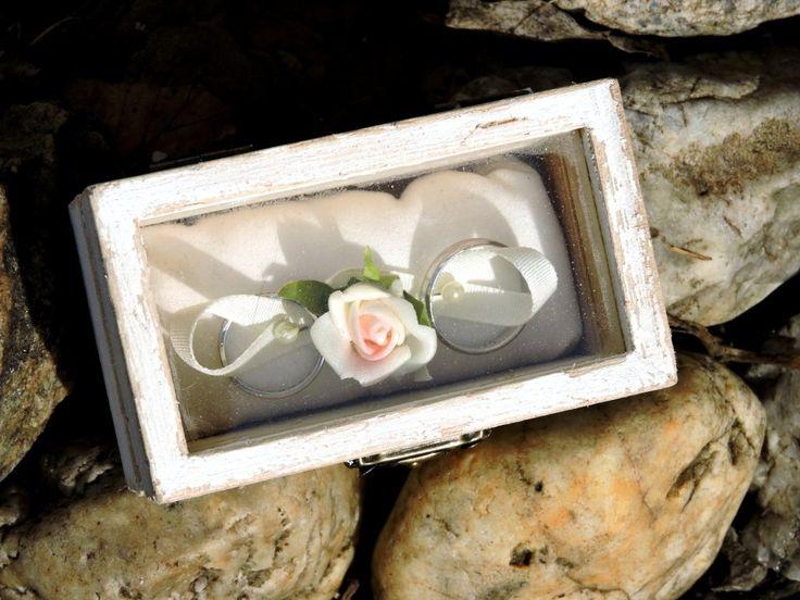 Vintage krabička na prstýnky. Zařizovat vlastní svatbu je zábava, ale zařizovat svatbu druhého je stres od začátku až do konce. Do této atmosféry se zrodila i tato krabička na prstýnky. Vyráběla jsem ji na zakázku pro nevěstu, která milovala styl...