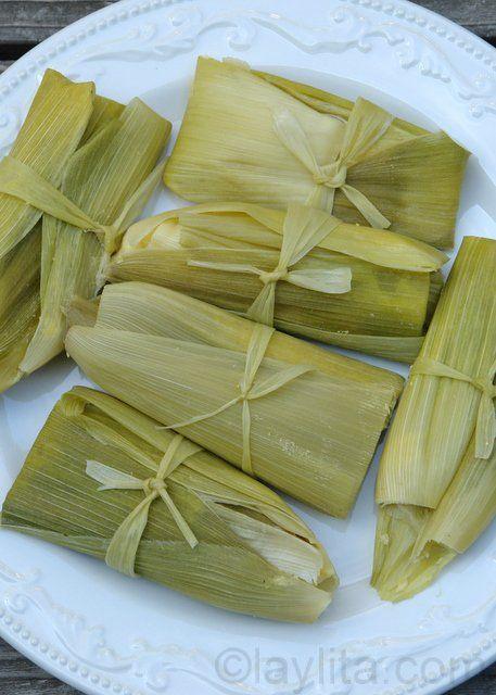 Les humitas emballés dans les feuilles de maïs