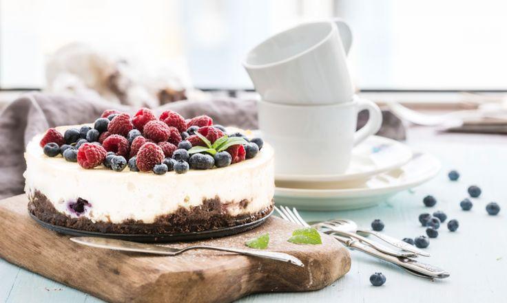 Für Mama nur das Beste: Diese Torte muss nicht gebacken werden und überzeugt durch ihre süße Creme, gepaart mit fruchtig-säuerlichen Früchten und einem unwiderstehlich leckeren Boden.