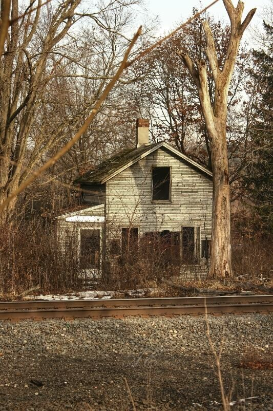 I would love to spend one night here.The stories this house could tell .Just imagine the sounds of the train approaching on a dark quiet night