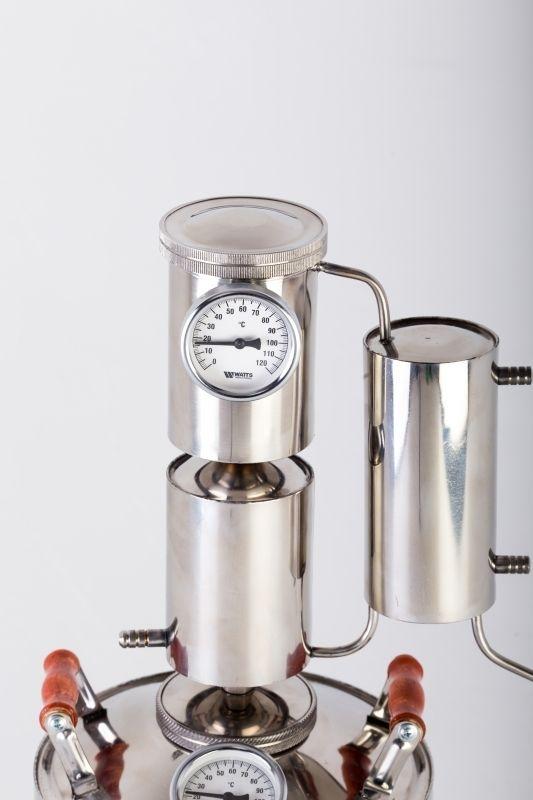 С помощью  дистиллятора можно из вина можно сделать крепче, изготовить превосходный херес с легкой горчинкой, крепленый портвейн или мадеру. Все эти напитки являются замечательными аперитивами. Вы можете приготовить коньяк и кальвадос, ароматнейшую сливовицу – эти напитки служат прекрасными диджестивами. Можно приготовить ректификаты – чистый спирт, водку или джин, но эти питьевые продукты готовятся в несколько этапов (сначала спирт-сырец, потом чистейший ректификат).