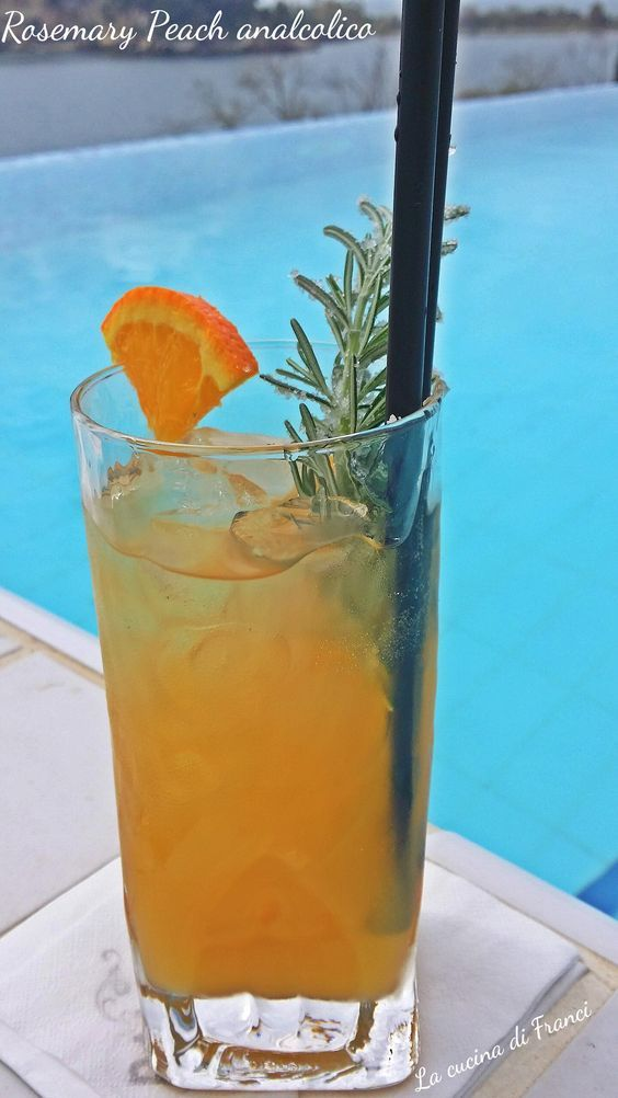 Un aperitivo fresco e dissetante ecco a voi il Rosemary Peach: Cocktail analcolico pesca arancia e rosmarino