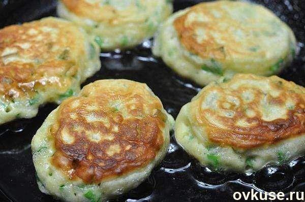 Самые ленивые пирожки с яйцом и зелёным луком за 10 минут, любимые пирожки и оладьи в одном флаконе! Вкус – потрясающий, готовка – моментальная!Ингредиенты: — Яйца — 2 шт. сырых и 2 шт. варёных — Кефир — 0,5 л — Сметана — 0,5 стакана — Соль, перец — по вкусу — Мука — Разрыхлитель теста — Зеленый лук