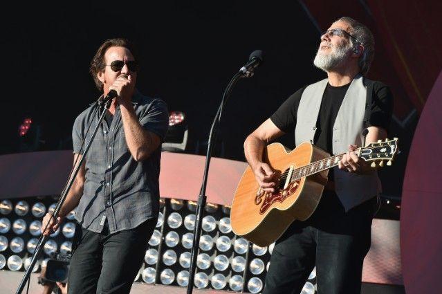 パール・ジャムのエディ・ヴェダーとキャット・スティーヴンス/ユスフが音楽イベントで共演パフォーマンスを披露