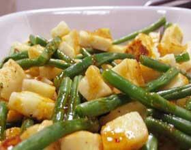 Ingrediënten 1 ½ tl Al'Fez Harissa 250g halloumi (of feta) 100g sperziebonen 100g tuinbonen 100g wortels 2 el honing 2 el olijfolie Bereiding Schil de wortels en snijd in dunne plakjes. Haal de sperziebonen af en snijd ze doormidden. Kook de wortels, sperziebonen en tuinbonen 5 minuten in water. Maak ondertussen een dressing van de harissa, honing en olie. Giet de gekookte groenten af. Snijd de halloumi in blokjes en bak ze in een koekenpan (zonder olie) goudbruin. Doe alle ingrediënten in…