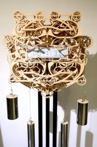 鈴木完吾さんが制作した木製からくり時計。磁気ボードに時刻が記される=山形市上桜田3丁目の東北芸術工科大学
