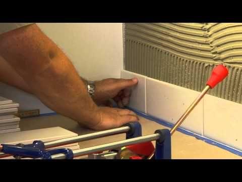 Her kan du se hvor enkelt det er å legge fliser over kjøkkenbenken. Se også egen film om fuging av fliser. Skal du legge fliser på gulv eller vegger i tørre rom, har vi egne instruksjonsfilmer for dette.