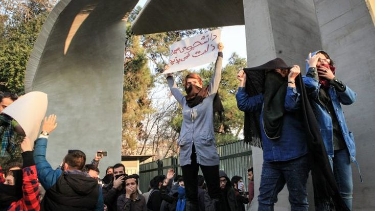 É a televisão estatal iraniana que avança com a notícia. Os protestos anti-governo têm se multiplicado e 300 pessoas já terão sido detidas. http://observador.pt/2018/01/01/um-policia-morto-e-tres-outros-feridos-em-protestos-contra-o-governo-iraniano/