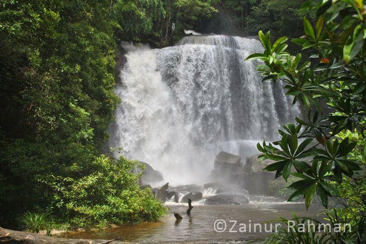Riam Dait atau Air Terjun Remabo, Berada di Kabupaten Landak. Pemandangan yang Alami dengan Air Terjun yang Dramatis