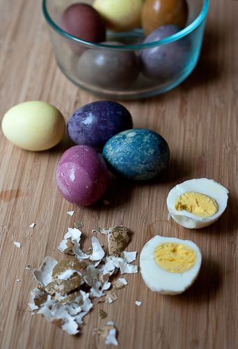 How to Dye Easter Eggs the Natural Way on http://www.simplebites.net: Dyed Easter, Nature Eggs, Celebrities Easter, Easter Eggs, Eggs Nature, Dyes Easter, Die Eggs, How To, Nature Dyes