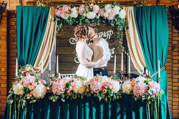 Свадьба Александра и Вероники - яркая, живая и такая теплая! Они выбирали тщательно все: дату, образы, декор, и результат получился волшебным