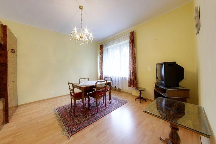 Tanie mieszkanie 1 ( 2 ) pokojowe na osiedlu M. Mireckiego Przestronne, zadbane mieszkanie położone tuż przy Parku Na Zdrowiu. W chwili obecnej składa się z obszernego pokoju, osobnej kuchni, dużej łazienki z oknem i osobnej toalety.
