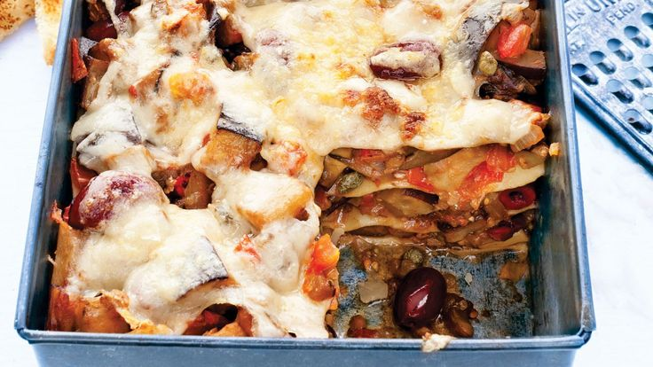 lasagne ouverte à la caponata Huile d'olive   2 aubergines (moyennes), en dés   2 oignons, hachés   2 gousses d'ail broyées   30 ml de câpres   125 ml d'olives noires (dénoyautées)   3 tomates, en dés   45 ml de vinaigre de vin rouge   Quelques feuilles de persil   6 pâtes de lasagne fraîches   Copeaux de parmesan