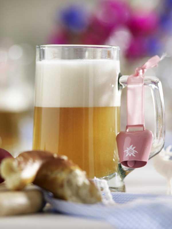 1 Bierkrug1 kleine Kuhglocke in Rosa (über Ebos, Internetshop)1. An den Bierkrughenkel die kleine Kuhglocke hängen.