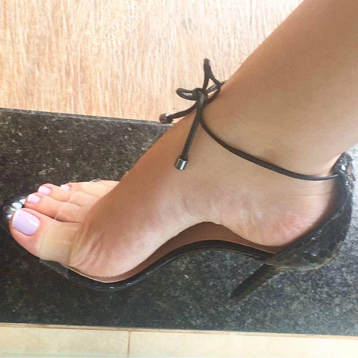 "350 Me gusta, 5 comentarios - @camfeet en Instagram: ""@brunatancredi #littlefeet #soles #solinhas #footfetishnation #sexyfeet #cutefeet #podo #podolatria…"""
