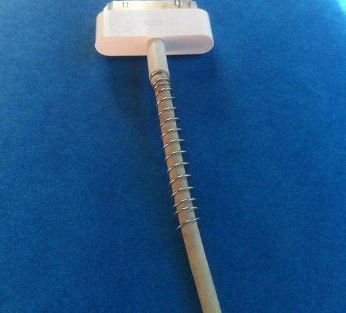 Alzi la mano chi è riuscito a non far rompere il cavo del caricabatterie. Mettendoci intorno una molla recuperata da una penna a scatto non avrete più problemi!