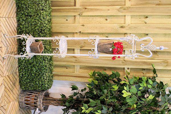Plantenetagere  Witte stevige metalen plantenetagere met mooie verfijnde details. Hoog 195 cm., diameter 33 cm