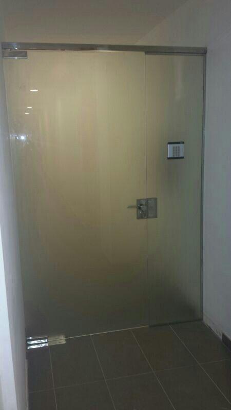 Puerta de vidrio templado mate con control de acceso por for Puertas de cristal templado