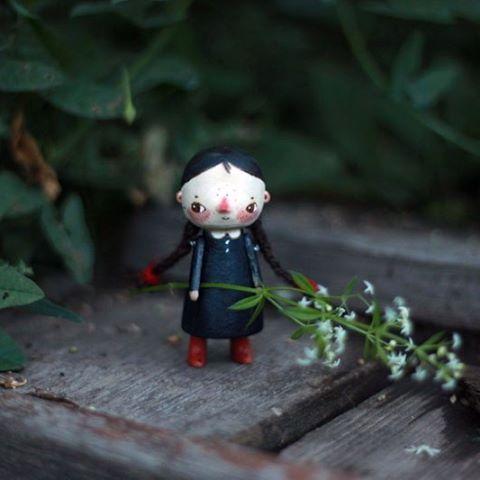 маленькая берёзовая куколка, ручки-ножки из бука. высота около 6 см.  ручки на резинке. косы из пряжи.  стоять умеет, но иногда отказывается. имейте ввиду :) #kotyasya_куклята  #woodentoys  #деревянныеигрушки  #dolls 🌿 нашла дом/sold