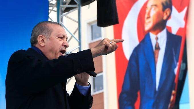 Der türkische Präsident Erdogan wirbt im Wahlkampf - vor einem Banner des Gründers der modernen Türkei Atatürk.