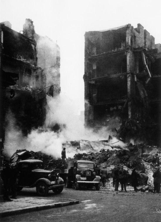 Lönnrotinkadun ja Abrahaminkadun kulma pommituksen jälkeen 1940. (Kuva: Hgin kaupunginmuseo, tuntematon)