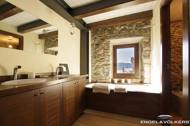 Ba o con paredes de piedra y vistas en una casa en cereja for Banos con pared de piedra