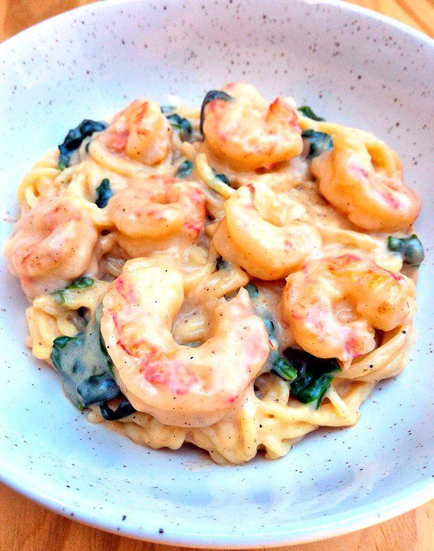 Macarrão com molho de camarão e espinafre (em uma panela só)