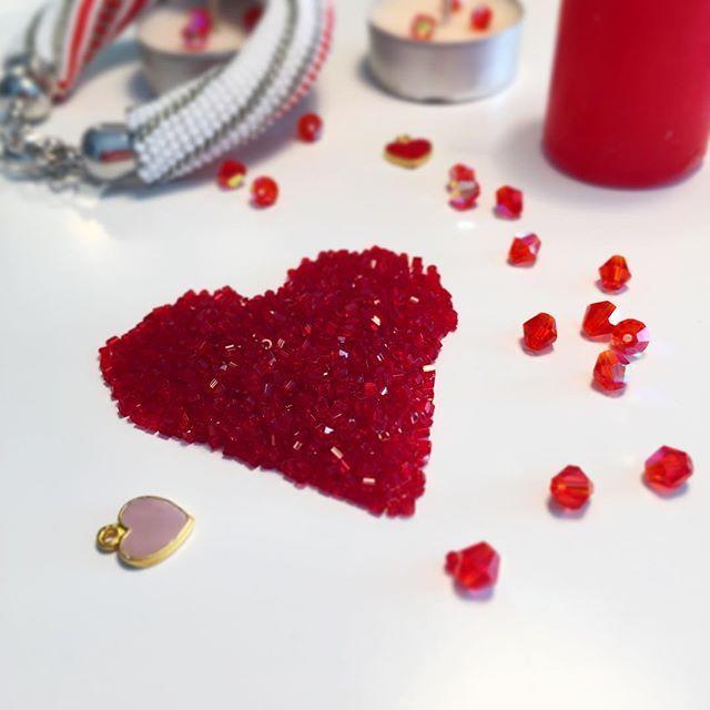"""WEBSTA: Love is in the air Мужчины на улице с шариками и цветами солнце капель ручьи! Что бы поднять настроение ещё сильнее ловите скидку 30% на все украшения с пометкой """"готовая работа """" т. е. в наличии! Посмотреть их можно в моем магазинчике пройдя ссылке указанной в профиле! Скидка будет действительна до конца недели! #bead #beads #beadcrochet #бисер #бисероплетение #подарокдевушке #подарок #колье #crochet #mademoiselle_beads #осень #handmade_ru_jewellery #jewellery #beadworkjewelry…"""