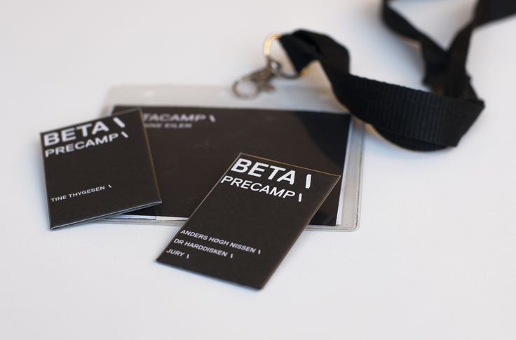 Navneskilte med plads til program og metrobilletter i plastikchartekket på Betacamp 2012.