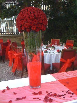 http://www.lemienozze.it/gallerie/foto-fiori-e-allestimenti-matrimonio/img33540.html Alzata di rose rosse scelte come fiori per il matrimonio per il centrotavola