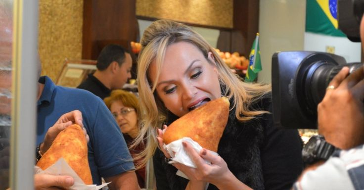 A apresentador Sabrina Sato e a repórter Renata Alves experimentam a coxinha de um quilo da Panetteria ZN