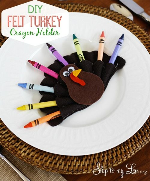 This #DIY felt turkey crayon holder from @Skip Bronkie to my Lou is such a cute idea for a Thanksgiving kids' table! #turkeytablescapes
