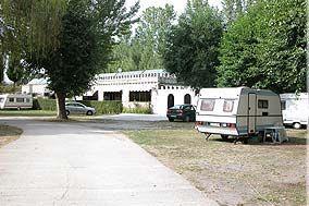 Camping El Bierzo befindet sich neben der Stadt Villamartin de la Abadia, 12 km von der Stadt Ponferrada, Gastgeber der Rad WM. Camping ist völlig Erlen und hat Grünflächen und Gärten auch. Von Wald in eine ganz besondere Schönheit mit Wanderwegen, die diejenigen, die zu Fuß gehen und die Natur genießen möchte begeistern wird umgeben.